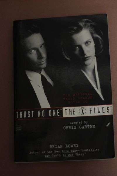 Trust No One: The Official Third Season Guide to The X-Files, Brian Lowry (käytetty)
