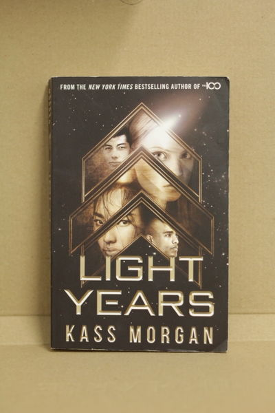 Light years - Kass Morgan (käytetty)